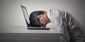 Erschöpft. Mann mit Kopf auf der Tastatur